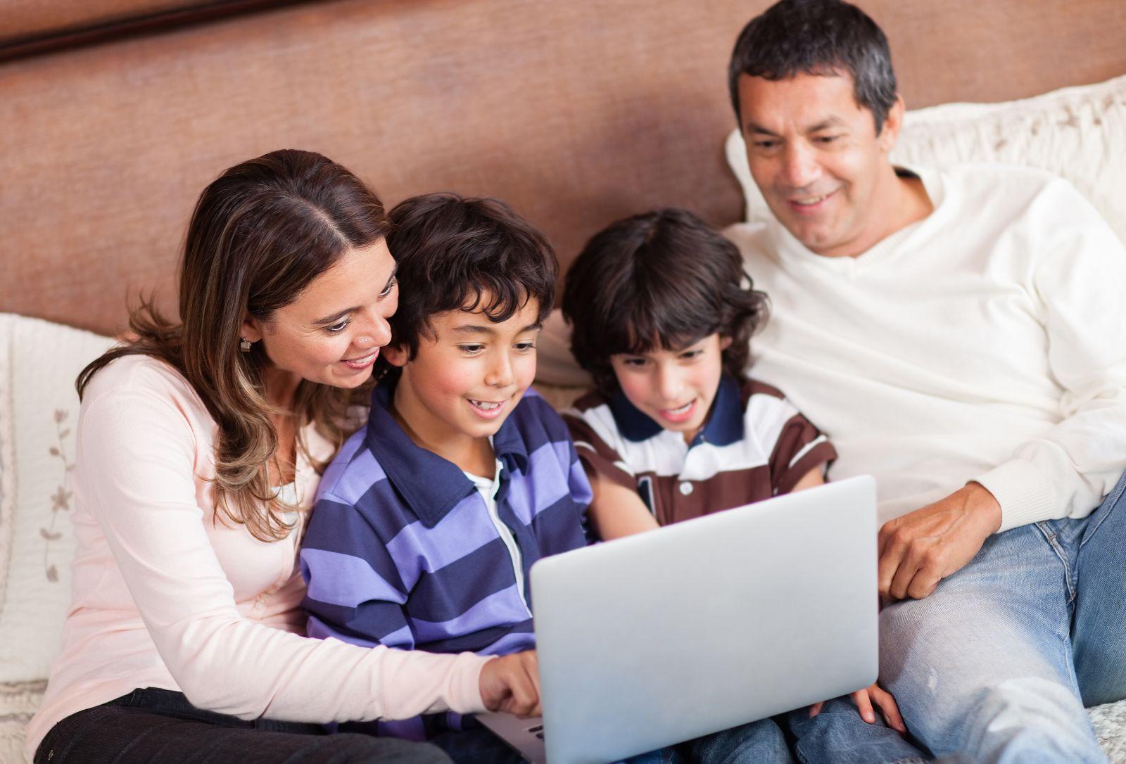 Familia usando una computadora