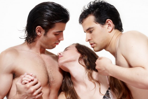 Una mujer con dos hombres