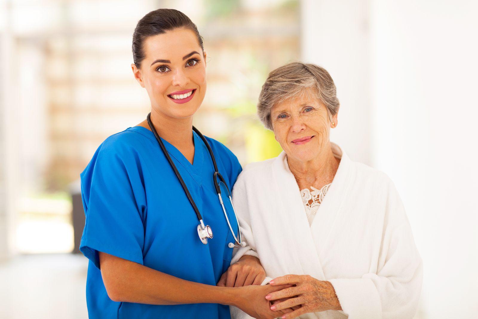 Enfermera cuidado a adulta mayor