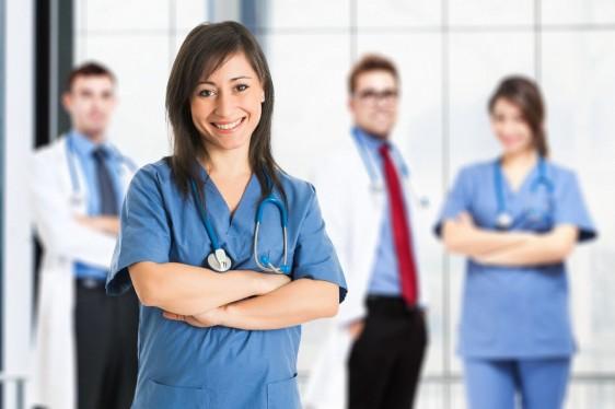 Enfermera atrás un equipo médico
