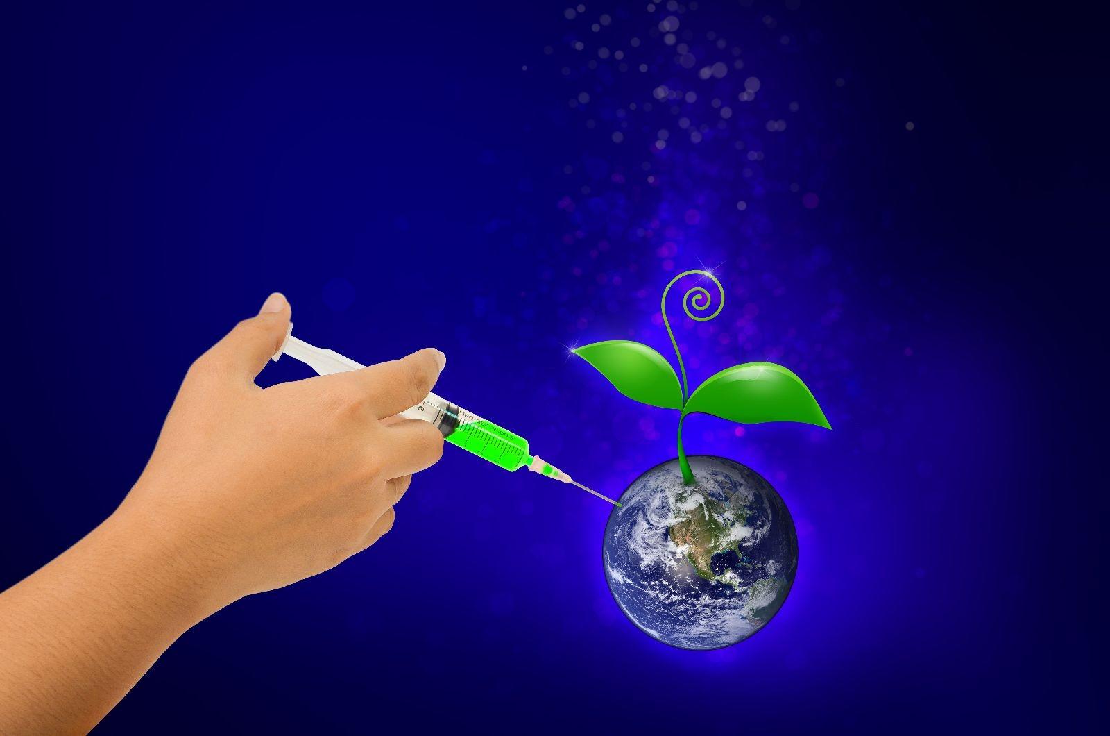 acercamiento de mano aplicando inyección a un mundo