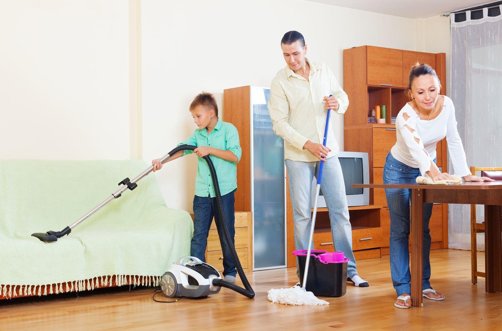 Pareja y un niño trabajando en tareas de limpieza