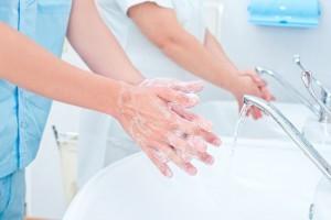 personal medico lavándose las manos