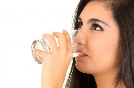 Mujer tomando un vaso con agua