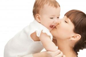 Mamá feliz cargando a un bebe sonriente