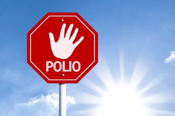 Letrero de alto con la palabra POLIO