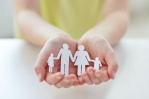 Niña sosteniendo recorte de papel de una familia