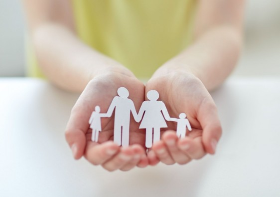 Nila sosteniendo recorte de papel de una familia