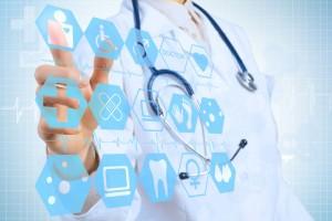 doctora seleccionando icono de persona en pantalla virtual