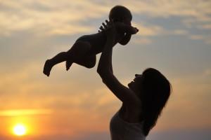 Silueta de madre cargando a un bebé