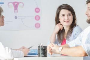 Pareja en consulta ginecológica