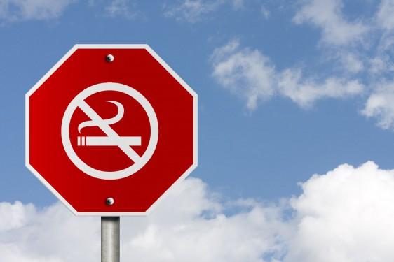 Letrero de alto con símbolo de dejar de fumar