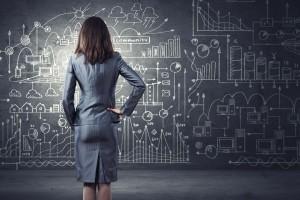Mujer observando un pizarrón con formulas cientificas