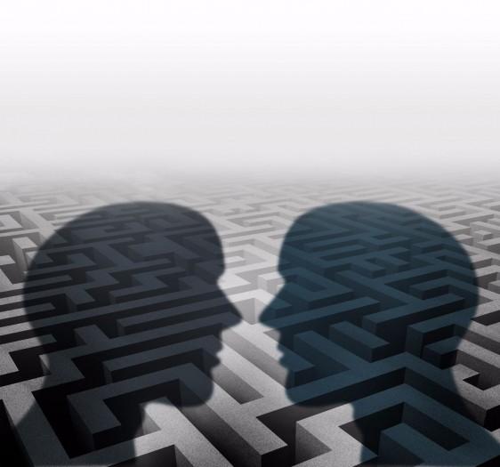 Ilustración de la sombra de una pareja al fonso un laberinto