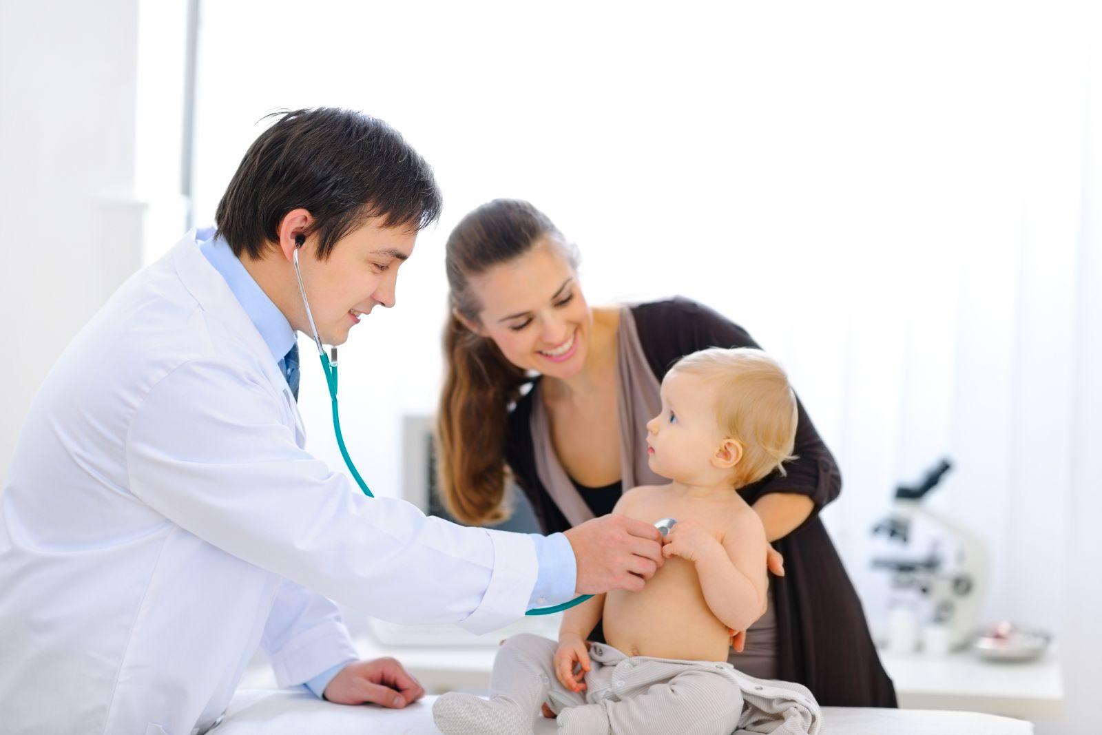 Médico pediatra con un bebé y su madre