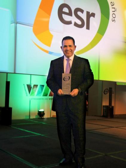 Arturo Castillo, sosteniendo reconocimiento en sus manos