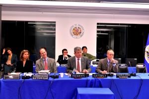 De izquierda a derecha: Angela Crowdy, Asistente Executiva de la CICAD, Paul Simons, Secretario Ejecutivo CICAD, José María Argueta, Embajador, representante permanente de Guatemala ante la OEA; Adam Blackwell, Secretario de Seguridad Multidimensional de la OEA
