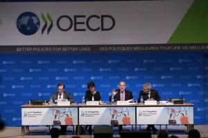 La desigualdad en los ingresos ha alcanzado alzas sin precedentes en la mayoría de los países de la OCDE y se mantiene en niveles aún más altos en muchas economías emergentes. Según un nuevo informe de la OCDE, la población que ocupa el 10% superior de la escala de ingresos en la OCDE ahora gana 9.6 veces el ingreso de la población que ocupa el 10% inferior, arriba de la proporción 7:1 que prevalecía en la década de 1980 y la de 9:1 de la década de 2000.