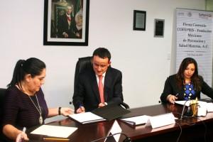 De izquierda a derecha Diva Hadamira Gastelum Bajo, Mikel Arriola y Jacqueline Tovar Casas firmando convenio
