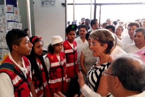 Mercedes juan conversando con jovenes