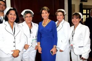 Mercedes Juan acompañada de enfermeras