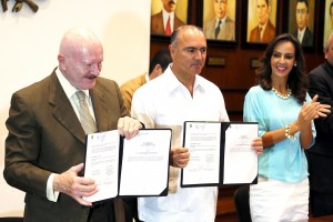 De izquierda a derecha Manuel Mondragón y Kalb, José Eduardo Calzada Rovirosa y Sandra Albarrán de Calzada