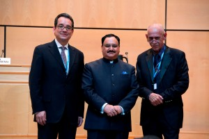 De izquierda a derecha Dr Eduardo Jaramillo , Sr Jagat Prakash Nadda, y Dr Michael Malabag