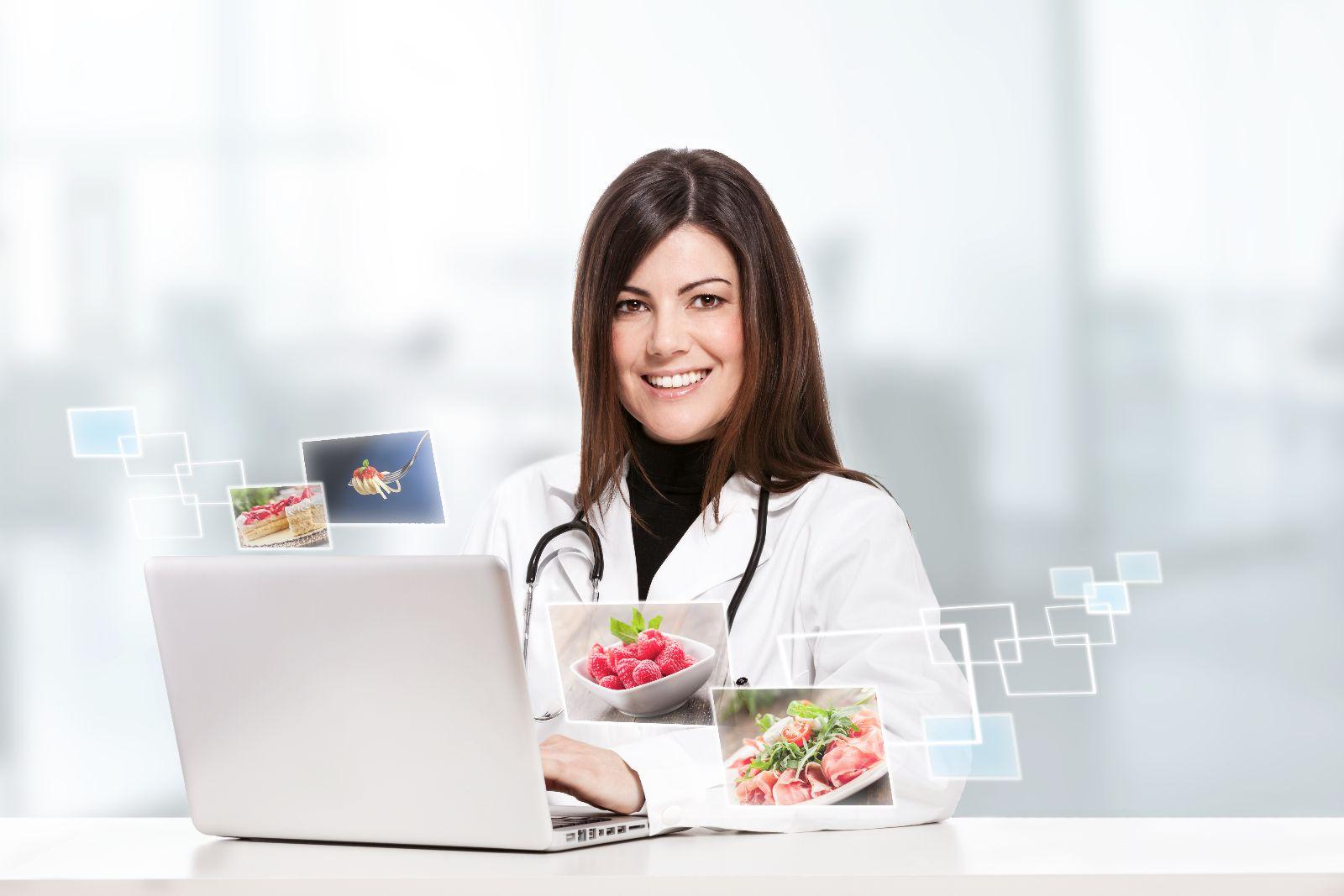 Nutriologa enfrente de una computadora