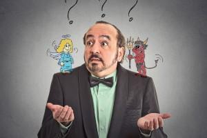 Persona con expresión de duda con ilustración de angel y diablo aconsejandolo