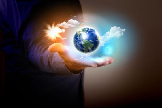 Persona sostiene un mundo con aire limpio en sus mano