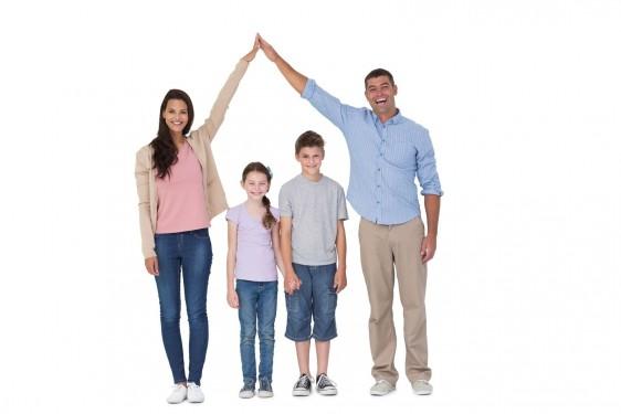 Madre y padre s haciendo la figura de una casa con dos niño adentro