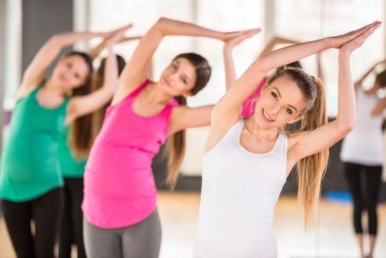 Mujeres embarazadas en un gimnasio haciendo ejercicio