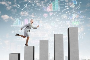 Mujer subiendo en una ilustración de gráfica de barras ascendente
