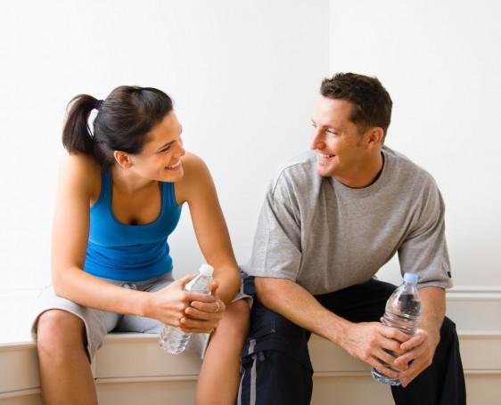 Una mujer y un hombre mirándose mutuamente