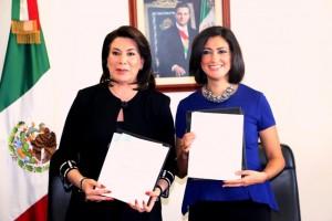 De izquierda a derecha Lorena Martínez Rodríguez y Lorena Cruz Sánchez de pie sosteniendo un documento
