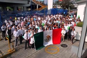 Empleados de Riche México y participantes con una bandera de México
