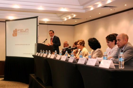 Mikel Arriola en el podium del Encuentro Científico FEUM-USP 2015