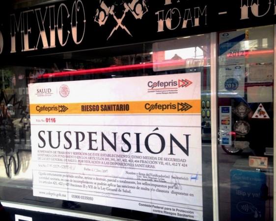 Letrero de suspensión clocado en un local comercial