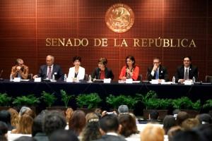 """Funcionarios en la mesa de trabajo del Foro """"Avances, retos y compromisos para garantizar la igualdad de género en el ámbito laboral en México"""""""