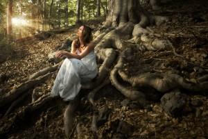 Mujer con vestido blanco en un bosque