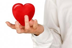 Mpedico sostiene en sus manos un corazón