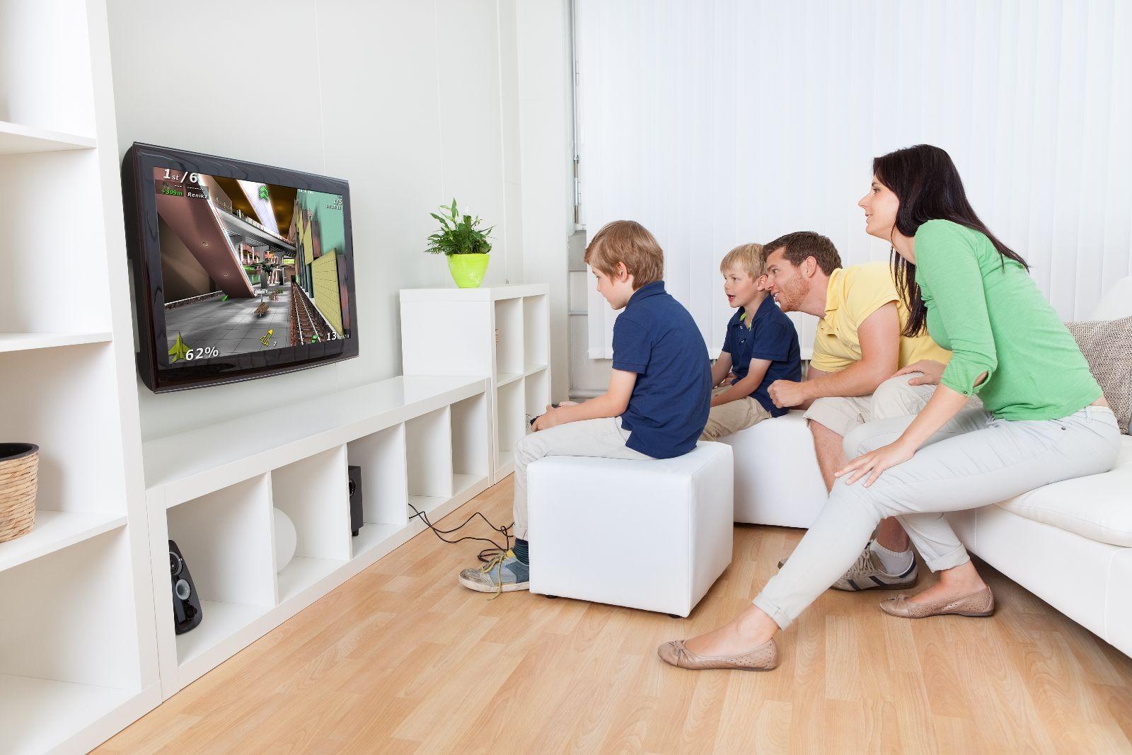 Familia Joven Jugando Videojuegos