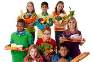 Grupo de niños con canastas con una variedad de grupos de alimentos