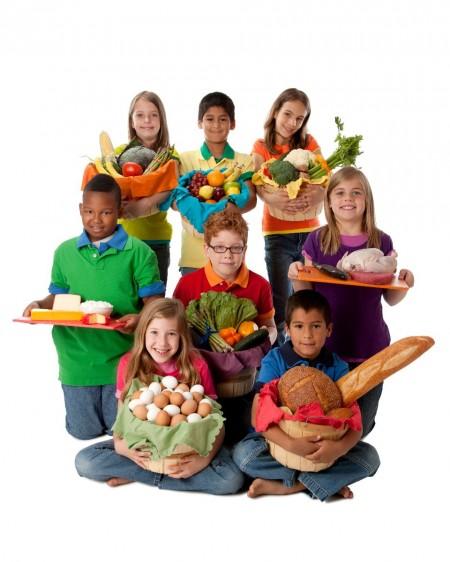 4403bb252ce Grupo de niños con canastas con una variedad de grupos de alimentos