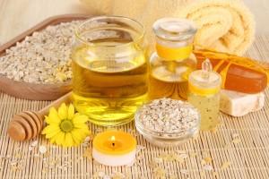 miel con aceites en una la mesa de madera