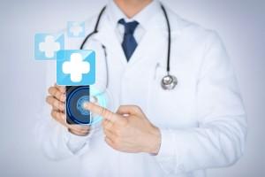 Médico muestra teléfono inteligente