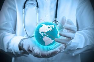 Médico sostiene en las palmas de sus manos un mundo