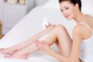 Mujer cuidando sus piernas