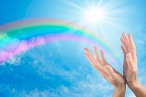arcoiris ca en las manos de una mujer