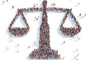 Vista aérea de un grupo de personas que forman el símbolo de balanza